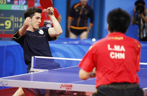 Paralimpiada de Pekin 2008, Jose Manuel Ruiz en su partido de tenis de mesa.